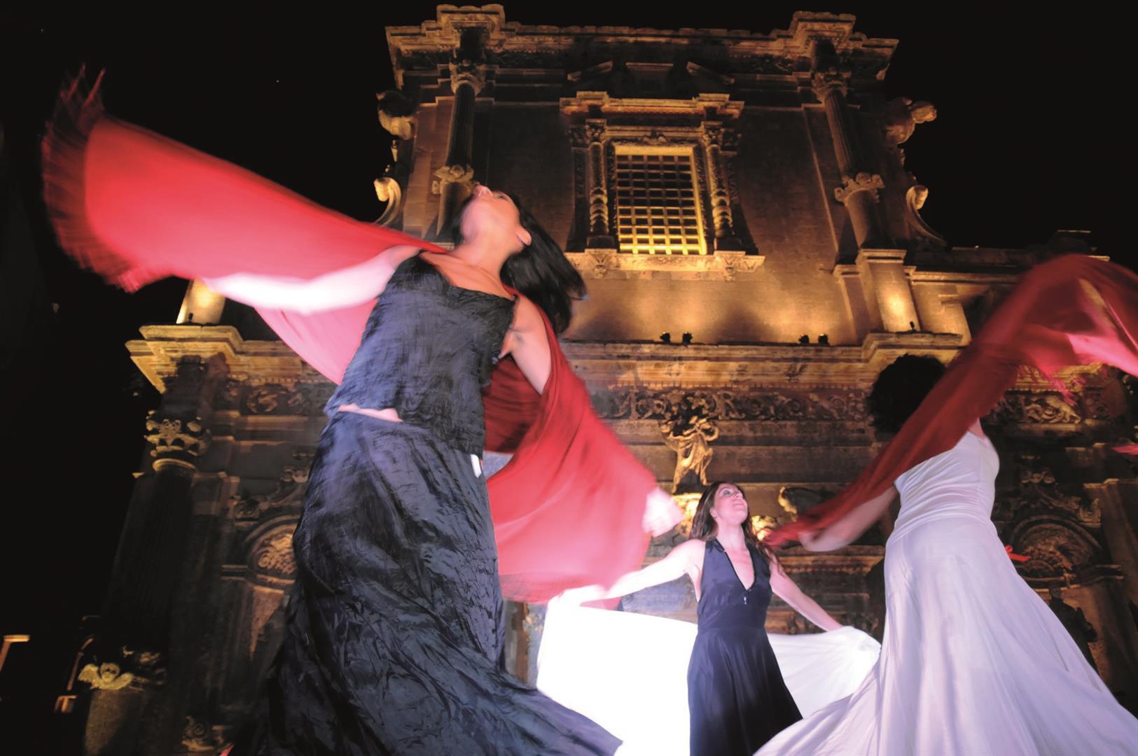 Ballerine di Taranta alle prese con la loro danza