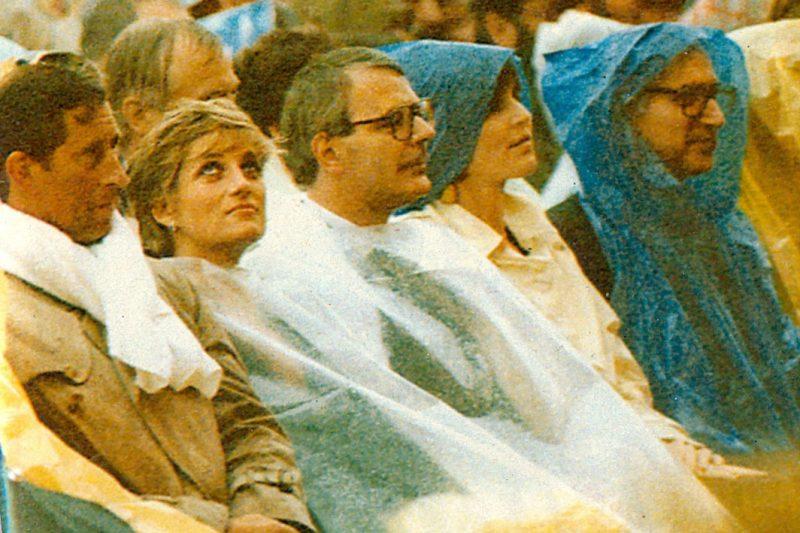 Lady Diana e Carlo d'Inghilterra al concerto di Pavarotti ad Hyde Park in un piovoso giorno londinese del 1991