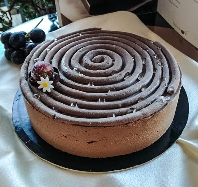 Torta Clafoutis all'uva nera e miele - torta servita su vassoio
