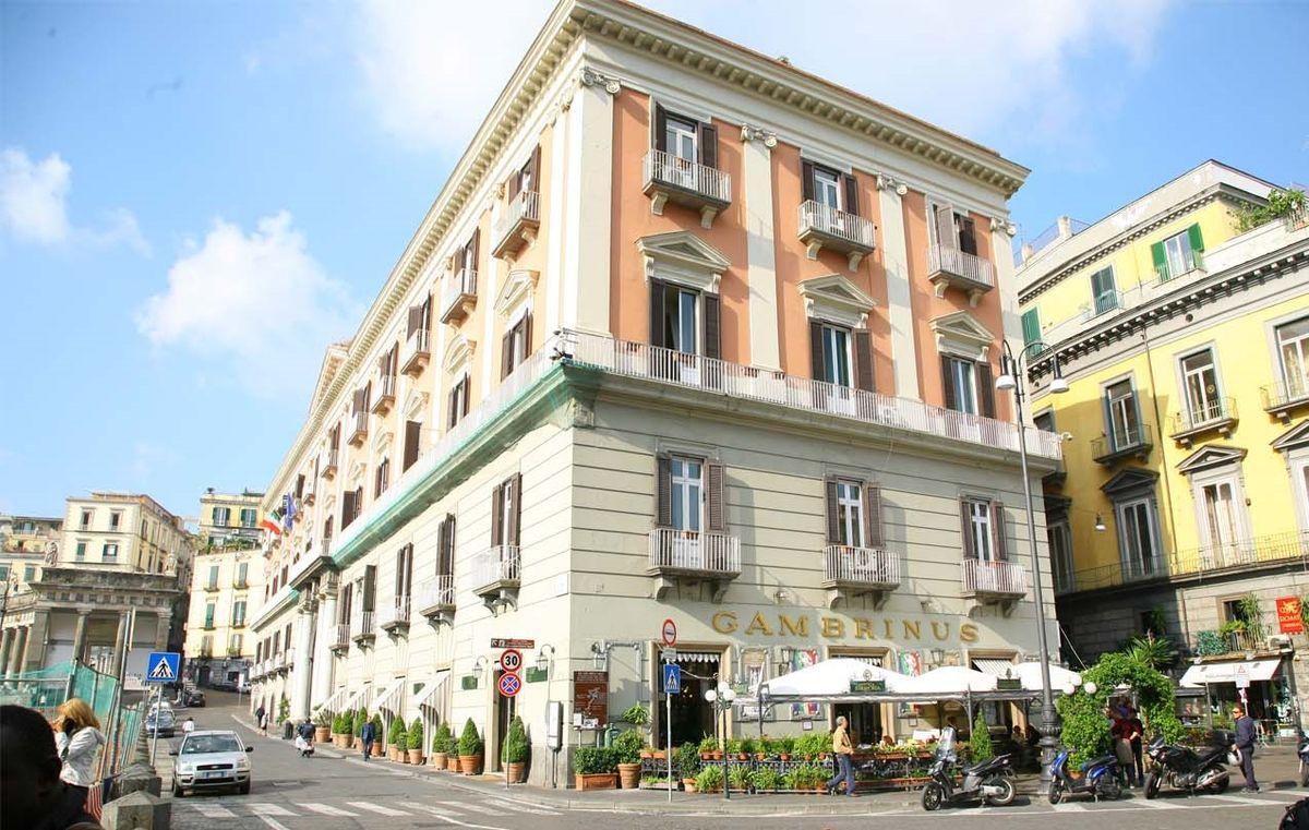 Gran Caffè Gambrinus e palazzo della prefettura