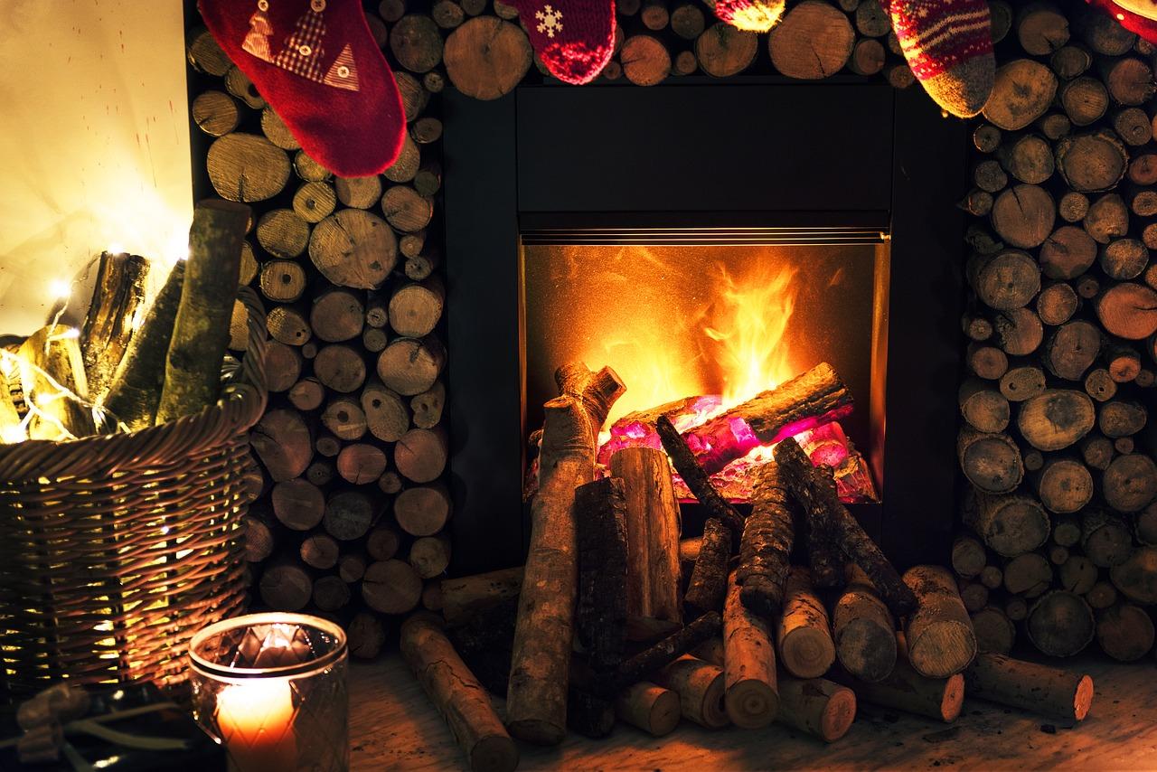 Il ceppo di Natale arde nel camino delle case