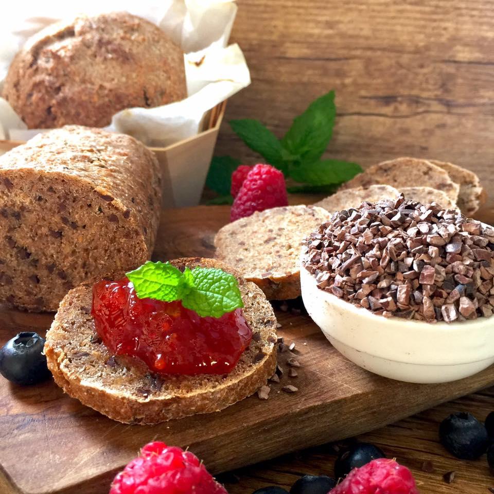 Pane di segale al cruè di cacao - fetta di pane con marmellata