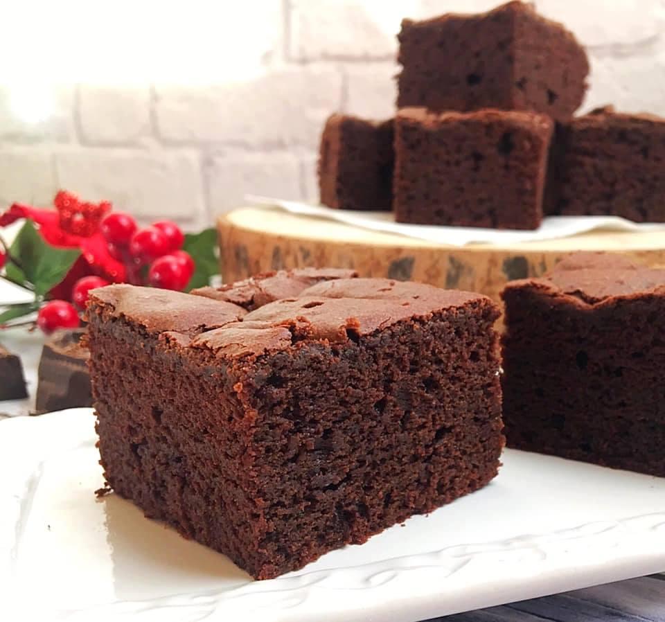 Torta al cioccolato fondente e zucchero di canna - pezzo in primo piano