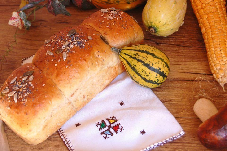 Panbauletto con farina di segale e semi di lino - Panbauletto intero su tovagliolo