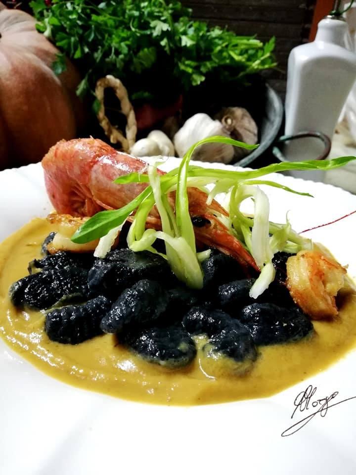 Gnocchi di farina nera con gamberi e puntarelle croccanti - piatto pronto con Gnocchi di farina nera con gamberi