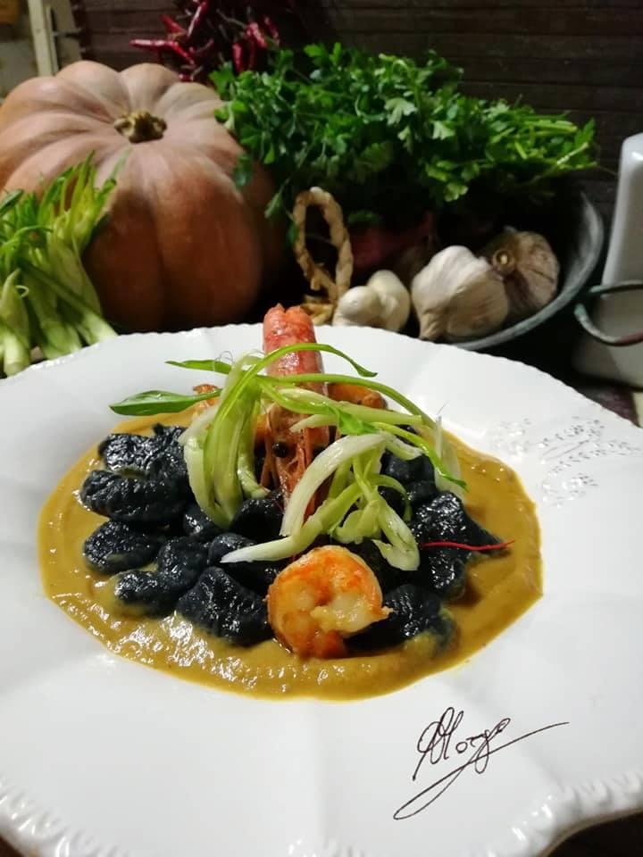 Gnocchi di farina nera con gamberi e puntarelle croccanti - piatto con gnocchi neri e gamberi