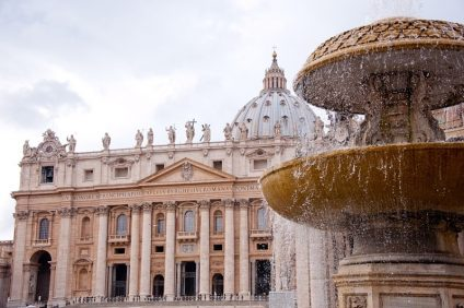 la basilica di san pietro- veduta dalla fontana sulla destra