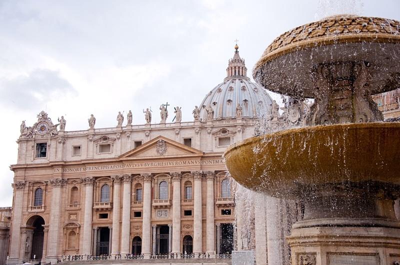 la basilica di san pietro - veduta dalla fontana sulla destra