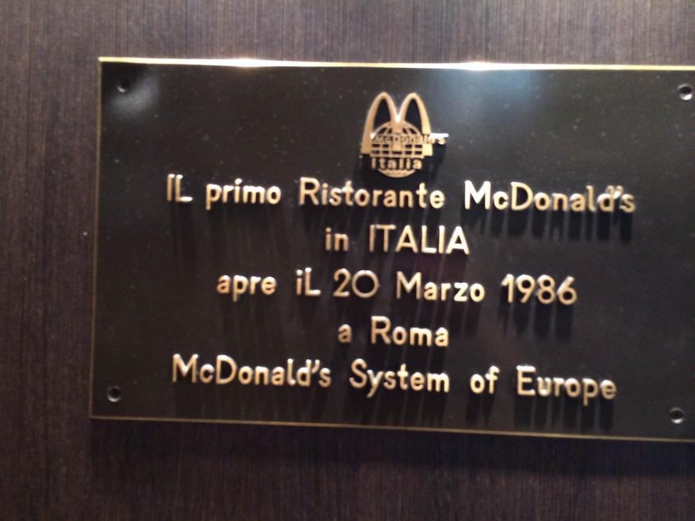 primo McDonald's d'Italia - targa mcdonald's piazza di spagna