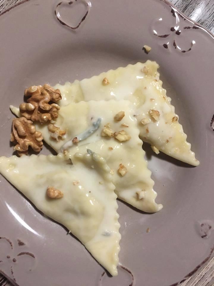 Ravioli pancetta e stracchino con salsa di gorgonzola - tre ravioli su piatto