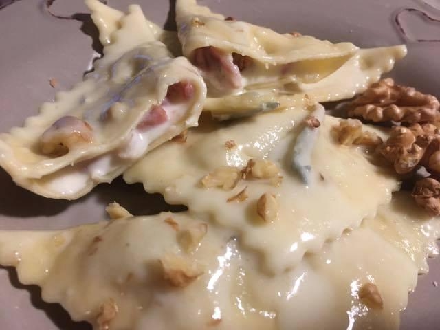 Ravioli pancetta e stracchino con salsa di gorgonzola - ravioli cucinati e serviti su piatto