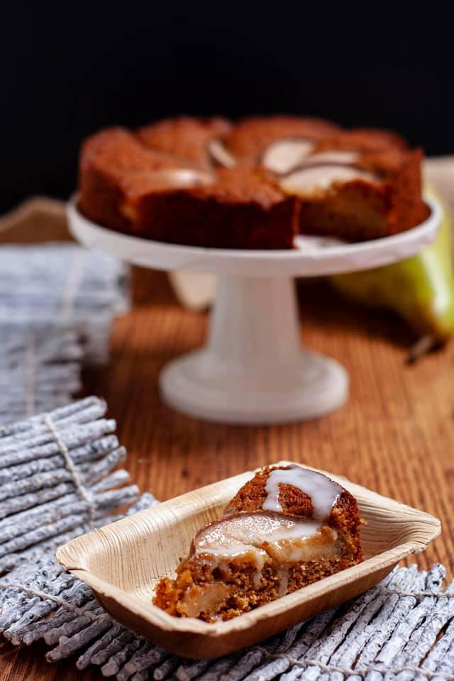 Torta al muscovado con pere e rum - torta in piatto