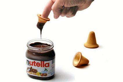 Nutella Finger biscuits - uomo mentre inzuppa il dito nella Nutella