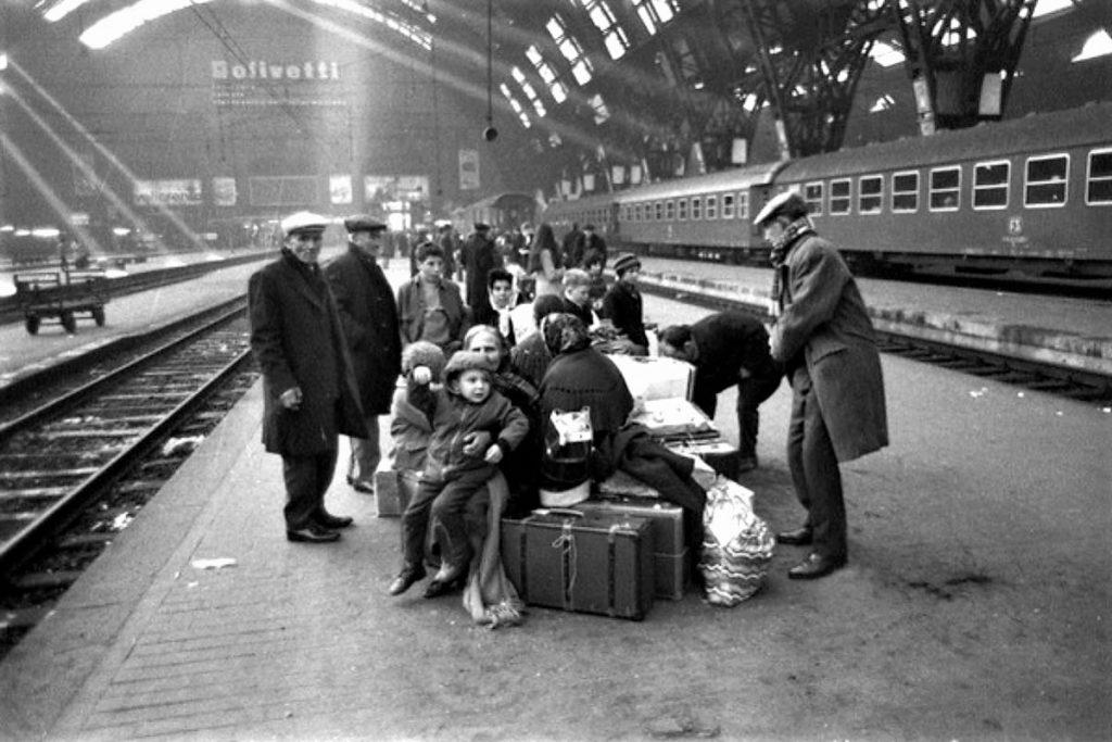 migranti italiani - anziani italiani in stazione