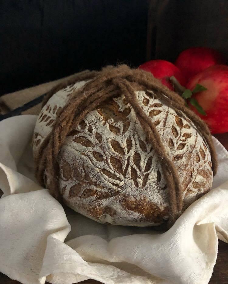 pane multicereali legato con corda
