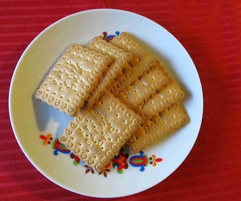 saiwa svolta italiana - biscotti saiwa in un piatto