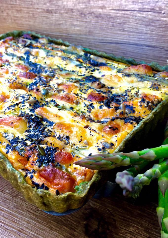 teglia con dentro lo sformato di asparagi carote e porri in brisè