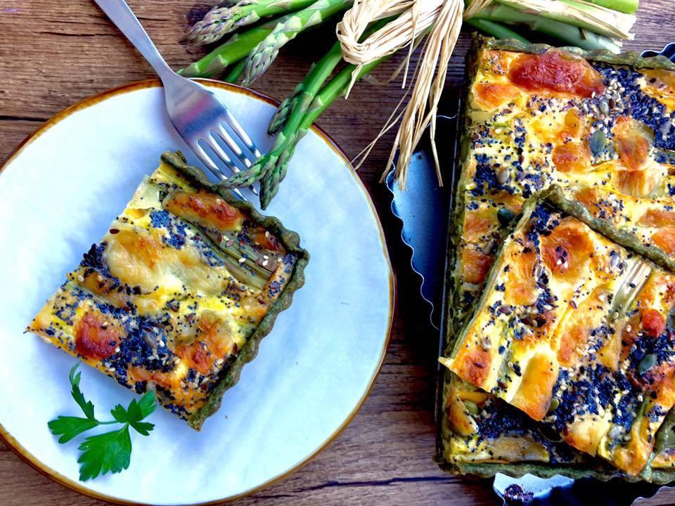 Sformato di asparagi carote e porri in brisè servito su piatto