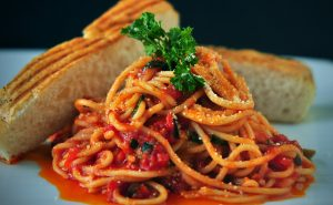 Spaghetti - Immagine di spaghetti con salsa di pomodoro e pane
