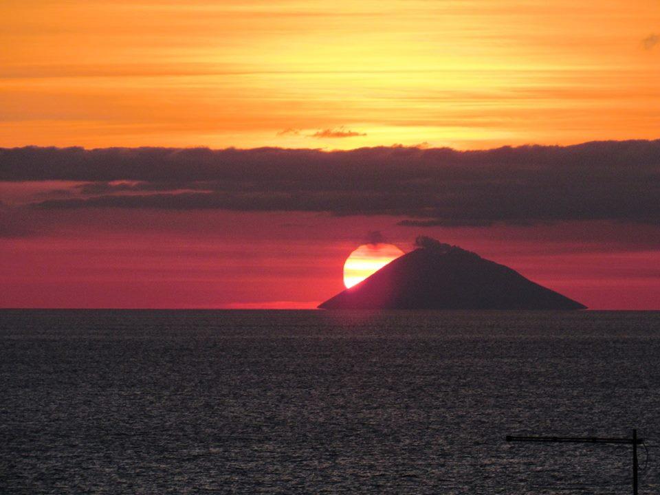 stromboli - il tramonto del sole sull'isola vulcanica
