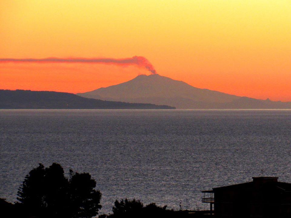 il vulcano fumante visto dalla costa calabra