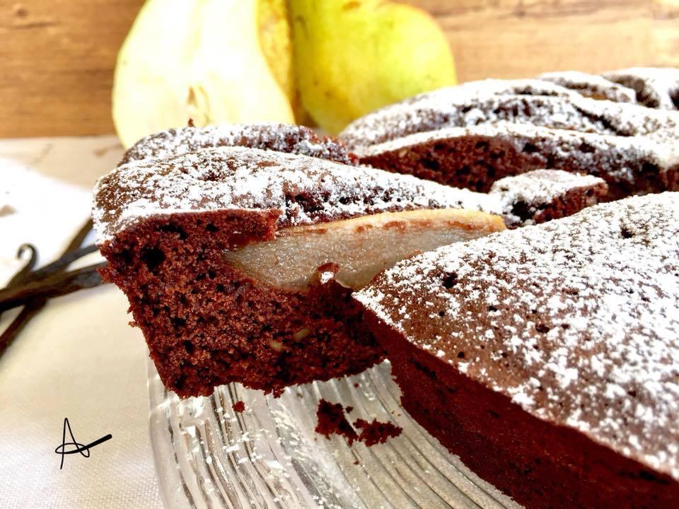 Torta morbida cioccolato e pere - pezzo tagliato della torta al cioccolato e pere