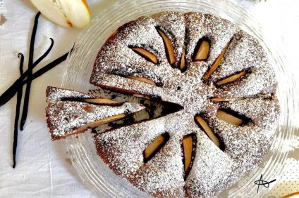 Torta morbida cioccolato e pere finita e vista dall'alto
