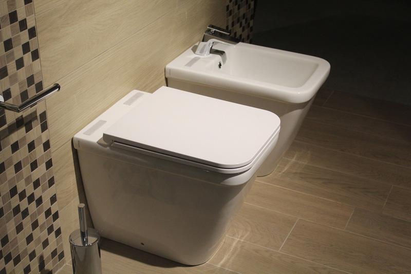 Primo aprile - Bidet e Wc in un bagno