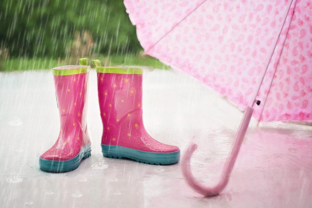 Marzo - immagine di stivali di gomma per la pioggia e ombrello