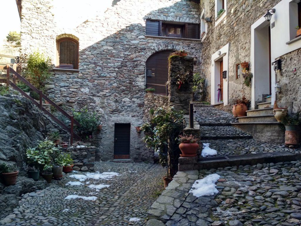 panorami della Valtellina - Case di corte con pietre a vista
