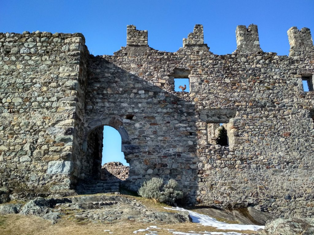 panorami della Valtellina - Castello del Grumello di cui si vedono i merletti, feritoie e portali di ingresso con pitra a spacco