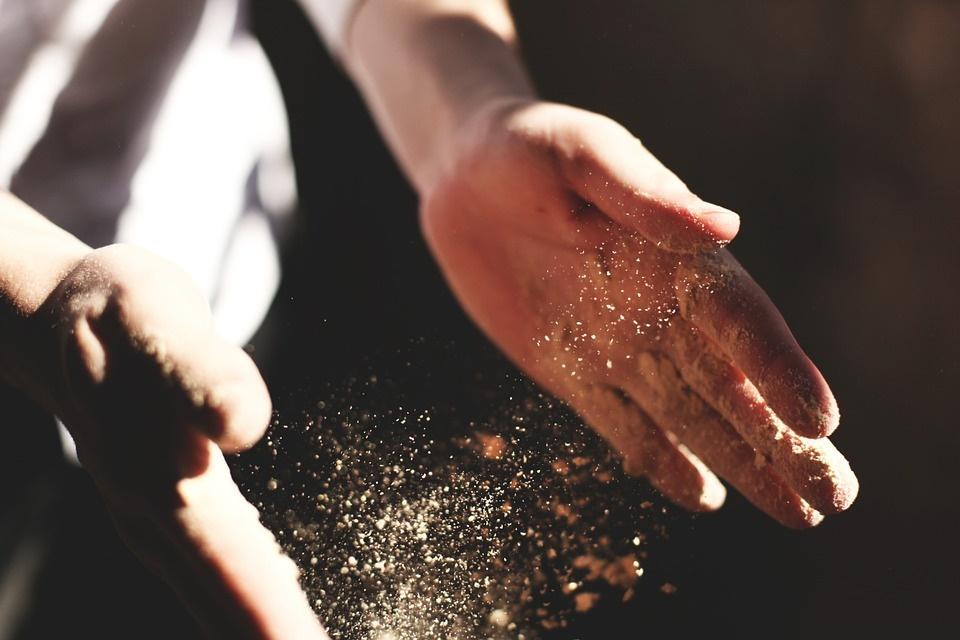 immagine delle mani dello chef che lavorano