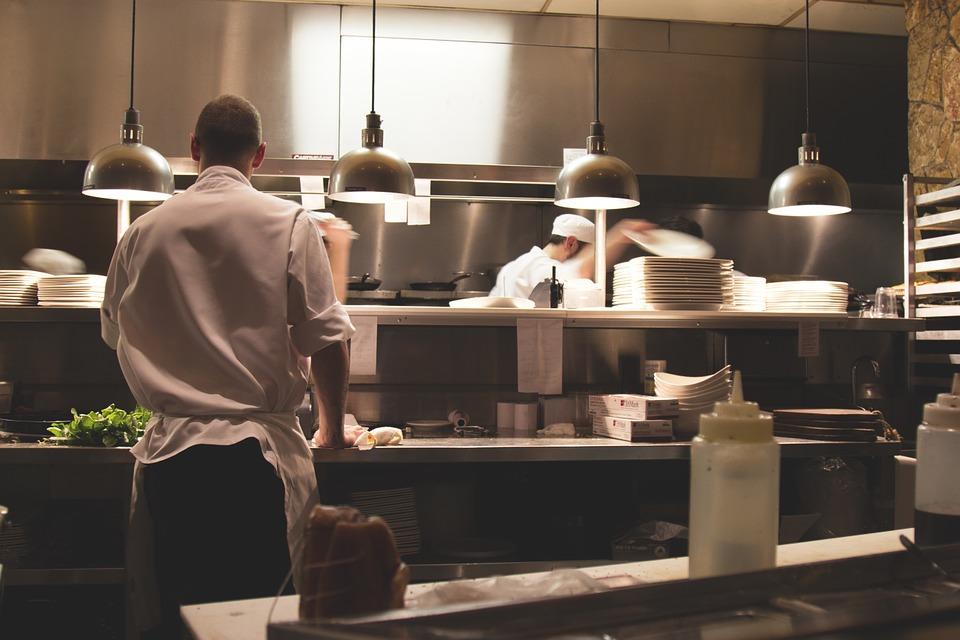 immagine di cucina di ristorante con i cuochi all'opera