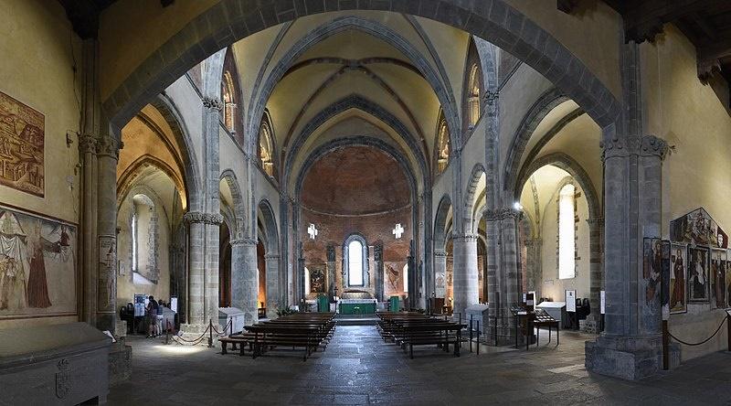 interni della sacra dove si vedono banchi e affreschi