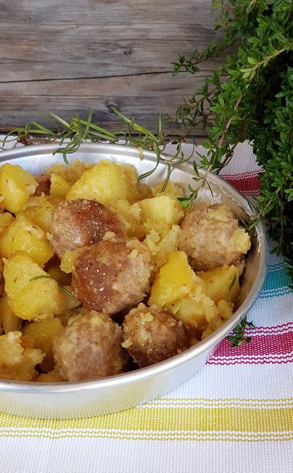 particolare di piatto con Polpette al forno con patate saporite