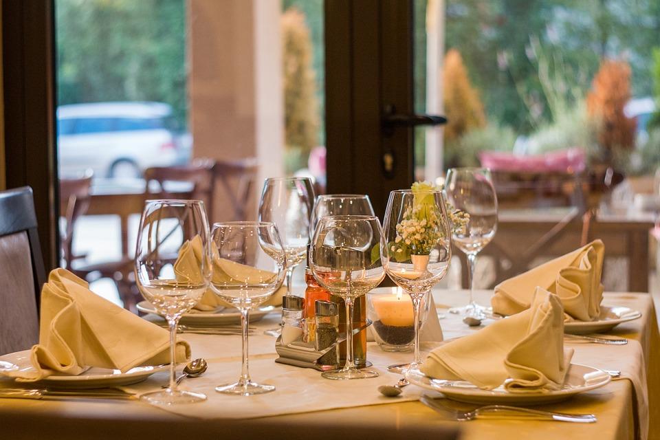 immagine di un tavolo apparecchiato del ristorante