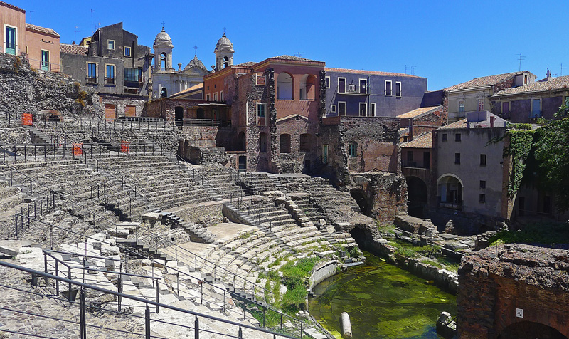 Catania - The Roman amphitheater occupies one of the city centers