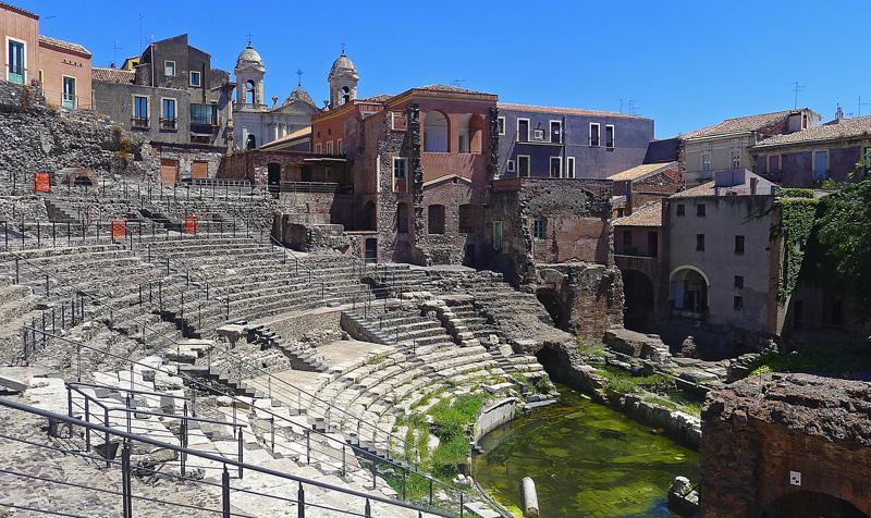 Catania - L'anfiteatro romano occupa uno dei centri della città