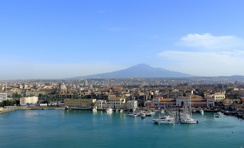 Catania - Vista del porto della città