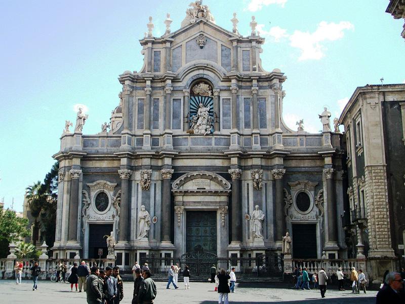 Catania - La chiesa di Sant'Agata troneggia sulla piazza