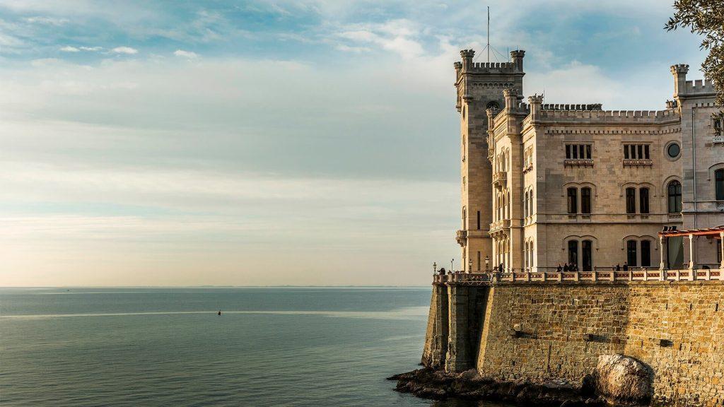 Castello di Miramare, in cui si può ammirare il profilo architettonico