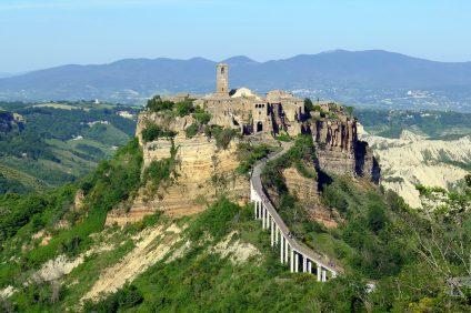 Civita di Bagnoregio. L'antico borgo arroccato su un altopiano verdeggiante