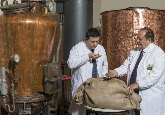 Pippo e Nuccio a lavoro nella loro distilleria