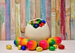 Uovo di Pasqua. Scultura in ceramica rappresentante un uovo rotto dal quale fuoriescono tanti piccoli ovetti colorati