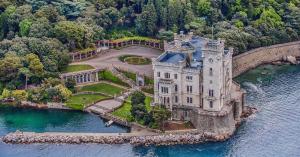 Castello di Miramare, veduta aerea del golfo