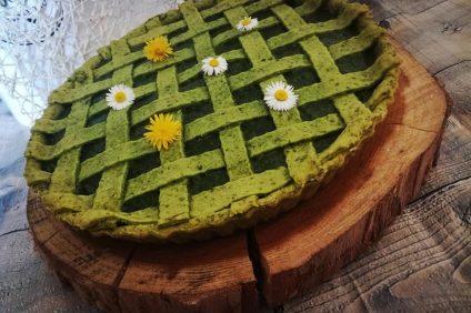 crostata verde di brisée agli spinaci con sopra dei fiori decorativi