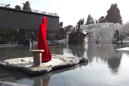 La scenografia della tragedia Elena per la stagione Inda al teatro greco di Siracusa