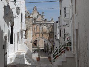 Case calcinate di bianco a Ostuni per proteggersi dal sole
