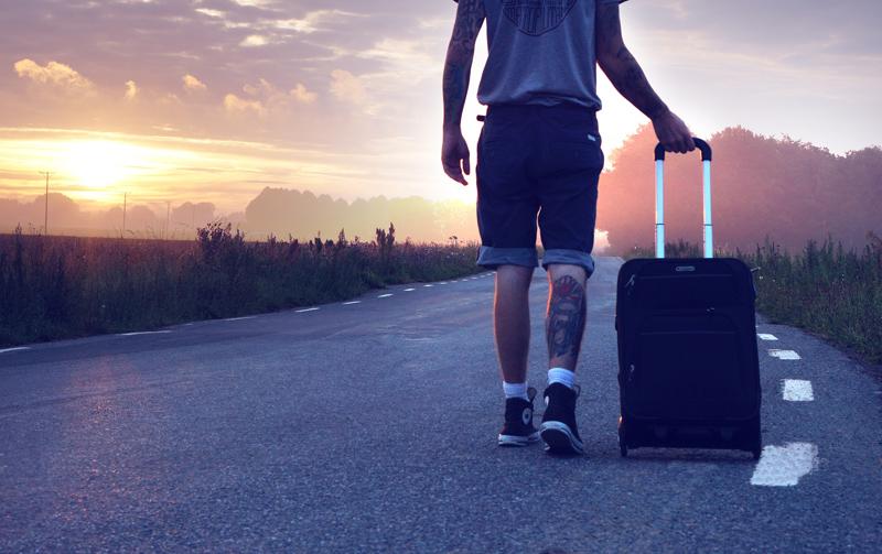 Fuorisede - Un ragazzo in partenza con la valigia