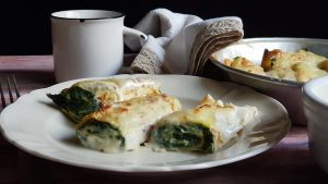 piatto con crepes con ricotta e spinaci